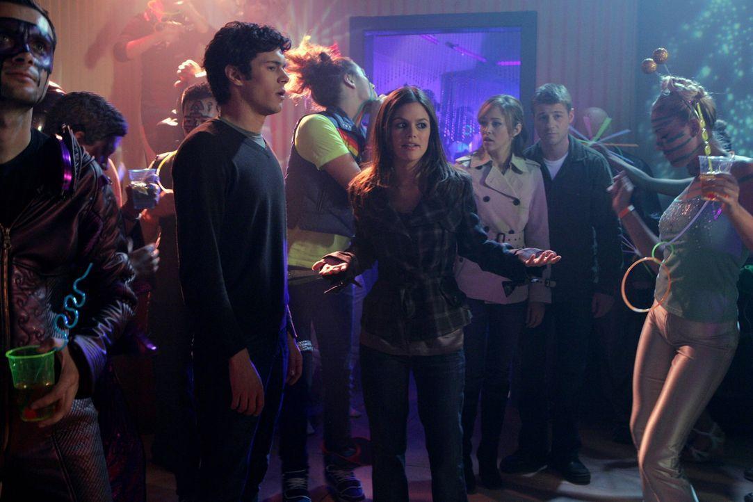 Ryan (Benjamin McKenzie, 2.v.r.) will Taylor (Autumn Reeser, 3.v.r.) überraschen und mit ihr Silvester in Las Vegas verbringen. Seth (Adam Brody, 2... - Bildquelle: Warner Bros. Television