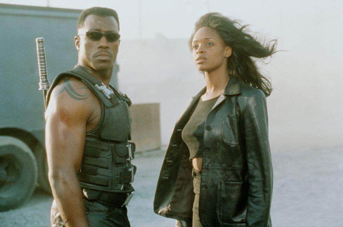 Zusammen mit der Ärztin Karen Jansen (N'Bushe Wright, r.) will Blade (Wesley Snipes, l.) Frost stellen. Karen soll als Lockvogel fungieren ... - Bildquelle: New Line Cinema