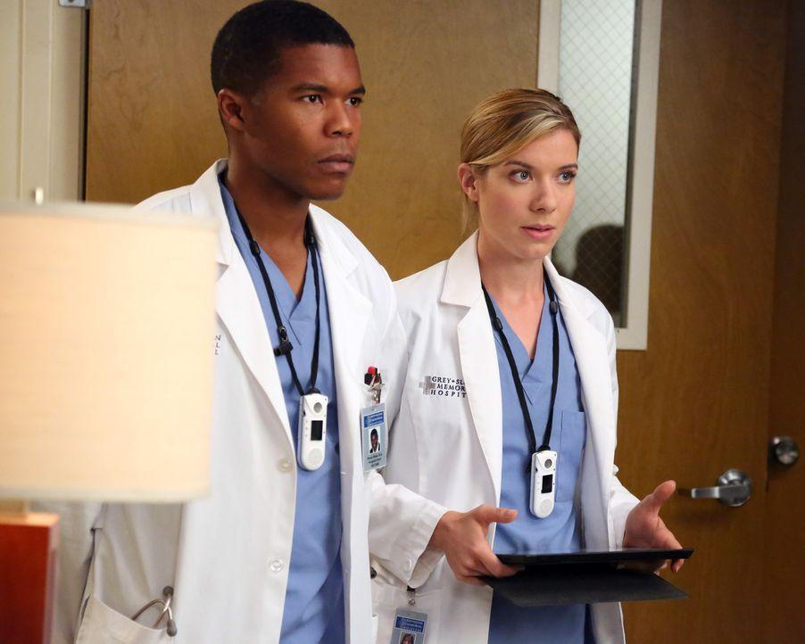 Aufgrund der schlechten Blutwerte von Dr. Webber schlägt Leah (Tessa Ferrer, r.) vor, ihm Antibiotika zu verschreiben.Kann Shane (Gaius Charles, l.... - Bildquelle: ABC Studios