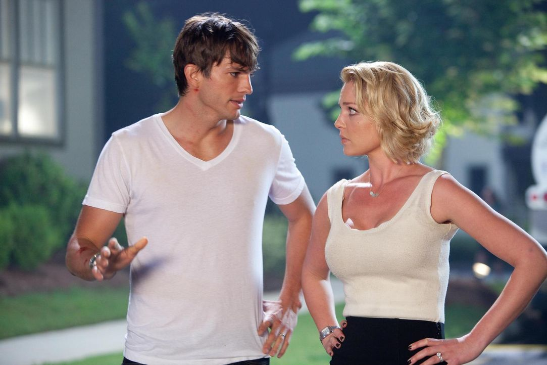 Langsam dämmert Jen (Katherine Heigl, r.), dass Spencer (Ashton Kutcher, l.) ein internationaler Super-Spion war, den jetzt plötzlich eine ganze Arm... - Bildquelle: Kinowelt GmbH