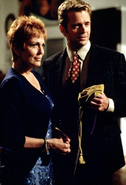 Madison (Joanna Cassidy, l.) wird von einem Unbekannten bedroht. Ihr Freund Brett (John Schneider, r.) steht ihr bei. - Bildquelle: Viacom