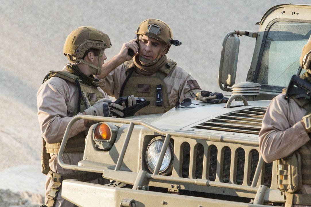 Bei der Untersuchung in einem Fall, stoßen Pride (Scott Bakula, r.) und Lasalle (Lucas Black, l.) auf eine Spur nach Afghanistan ... - Bildquelle: 2014 CBS Broadcasting Inc. All Rights Reserved.