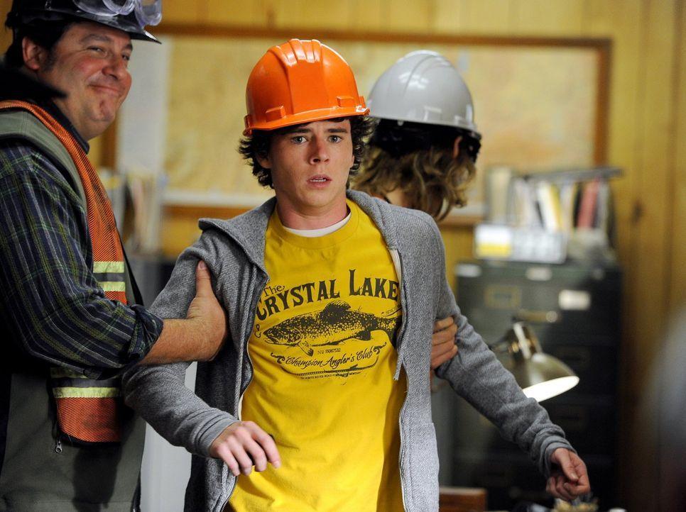 Um fürs Schule schwänzen zu büßen, soll Axl (Charlie McDermott, l.) einen Tag im Steinbruch verbringen. Doch das stellt sich als gar nicht so schlim... - Bildquelle: Warner Brothers
