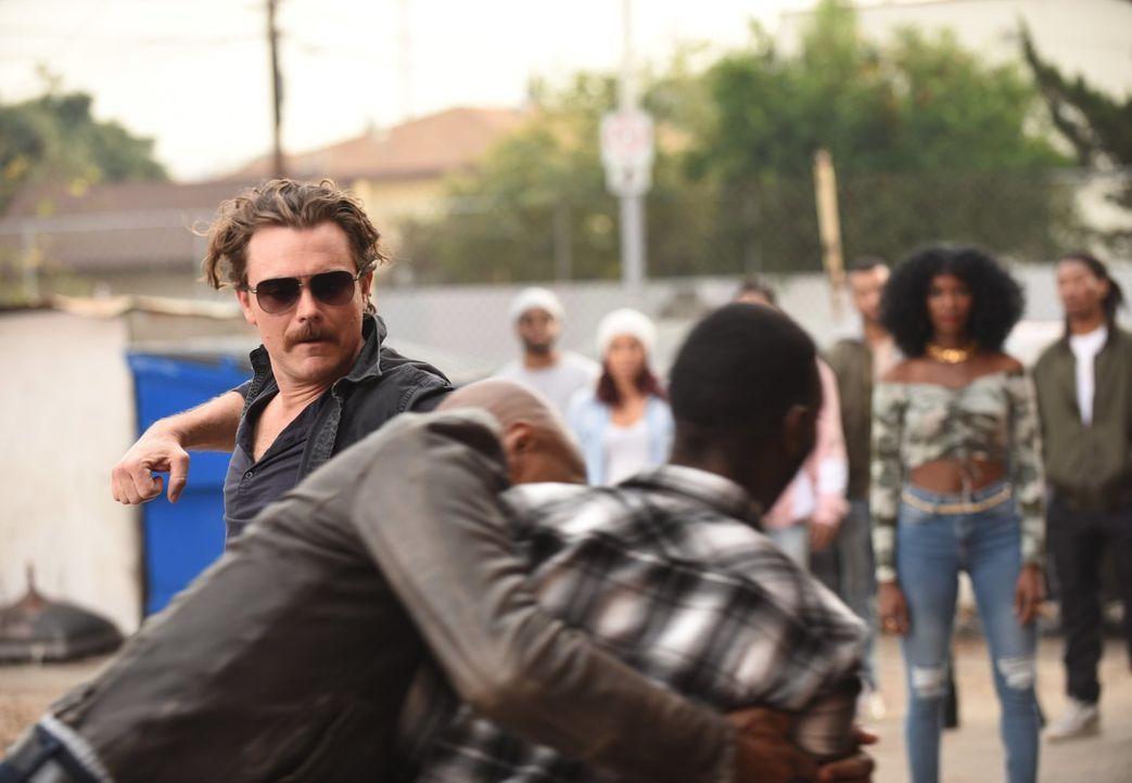 Als der Verdächtige versucht zu fliehen, können ihn Riggs (Clayne Crawford) und Murtaugh gerade noch aufhalten, doch der Verdächtige hütet ein Gehei... - Bildquelle: Warner Brothers