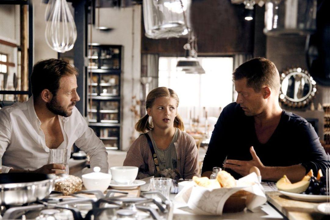 Magdalena (Emma Schweiger,Ml.) und ihre zwei Väter, Tristan (Samuel Finzi, l.) und Henry (Til Schweiger, r.), haben ein echtes Problem: Ohne Kathari... - Bildquelle: 2013   Warner Bros.