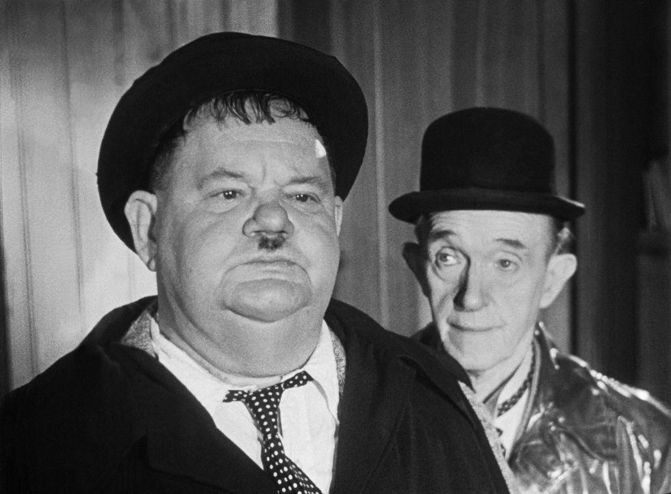 Es ist so wie immer: Ollie (Oliver Hardy, l.) und Stan (Stan Laurel, r.) geraten vom Regen in die Traufe ... - Bildquelle: Exploitation Pictures Inc.
