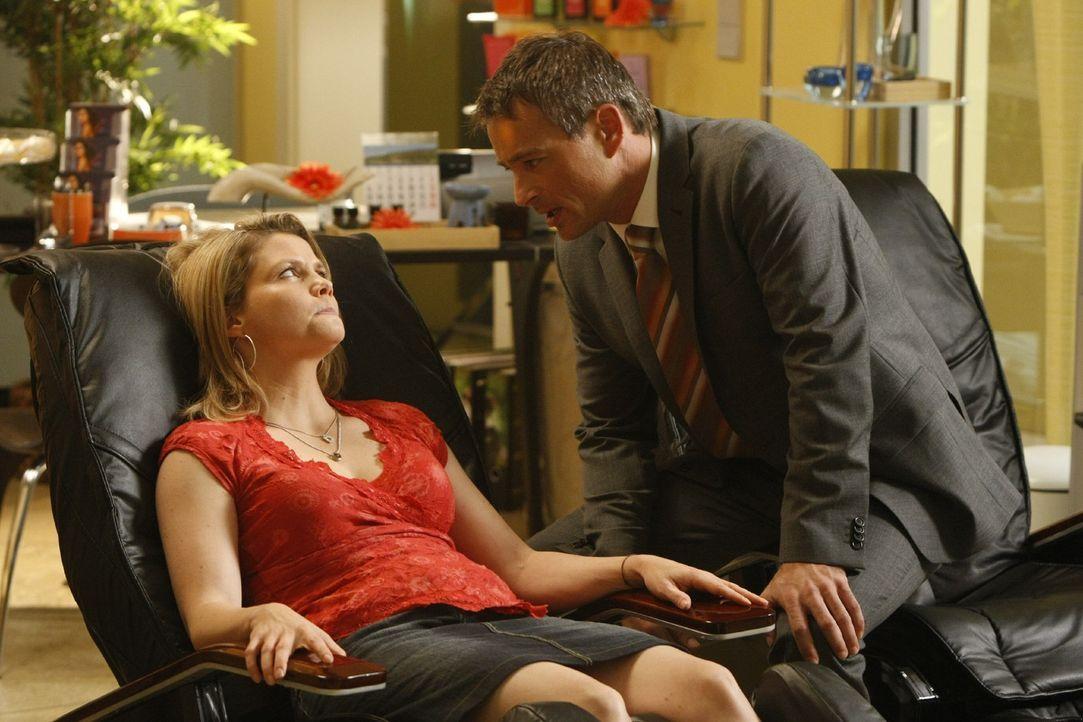 Danni (Annette Frier, l.) findet Oliver (Jan Sosniok, r.) immer interessanter. Doch wie steht er zu ihr? - Bildquelle: SAT.1