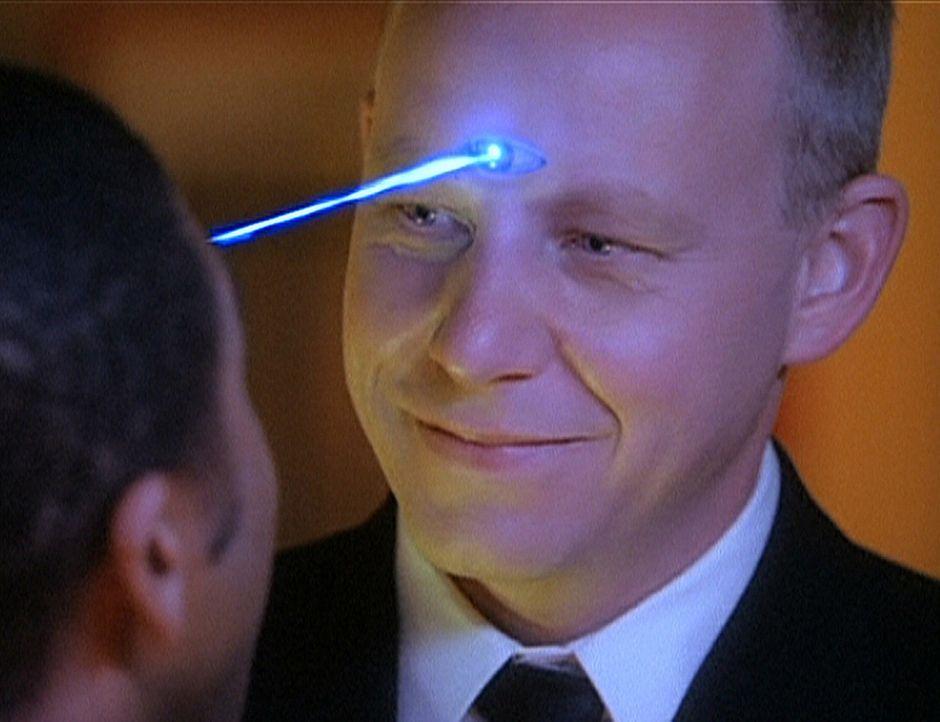 Gavin (Brad Greenquist, r.), ein böser Dämon aus der Zukunft, ist in die Gegenwart zurückgekehrt, um zu verhindern, dass ein Serum entwickelt wird,... - Bildquelle: Paramount Pictures