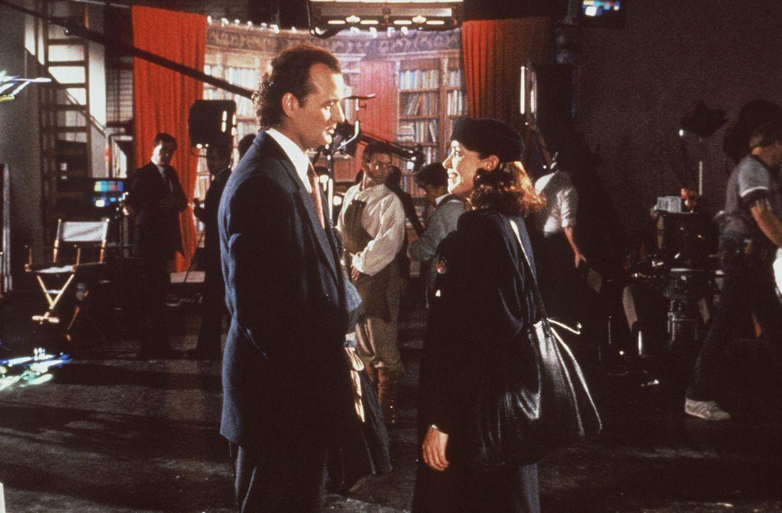 Im Studio trifft Fernsehboss Frank Cross (Bill Murray, l.) seine alte Flamme Claire Phillips (Karen Allen, r.) wieder, die er vor 15 Jahren der Karr... - Bildquelle: Paramount Pictures