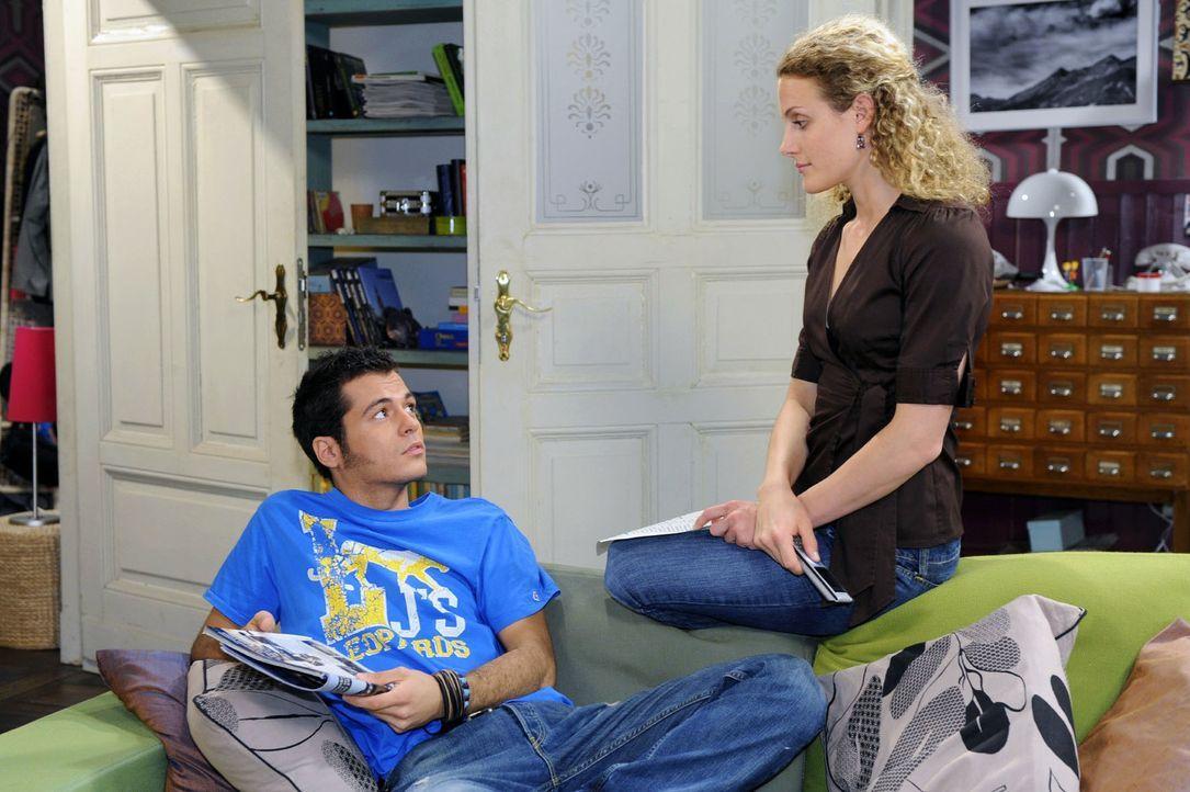 Maja (Barbara Lanz, r.) möchte wieder arbeiten und erzählt Maik (Sebastian König, l.) von ihrer Suche nach einem Betreuungsplatz für Pia. - Bildquelle: Oliver Ziebe Sat.1