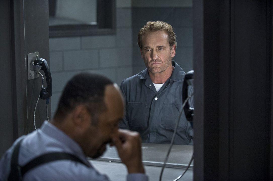 Während Barry versucht, einen gefährlichen Meta-Menschen zu bekämpfen, entschließt sich Joe (Jesse L. Martin, l.) dazu, Henry (John Wesley Shipp, r.... - Bildquelle: Warner Brothers.