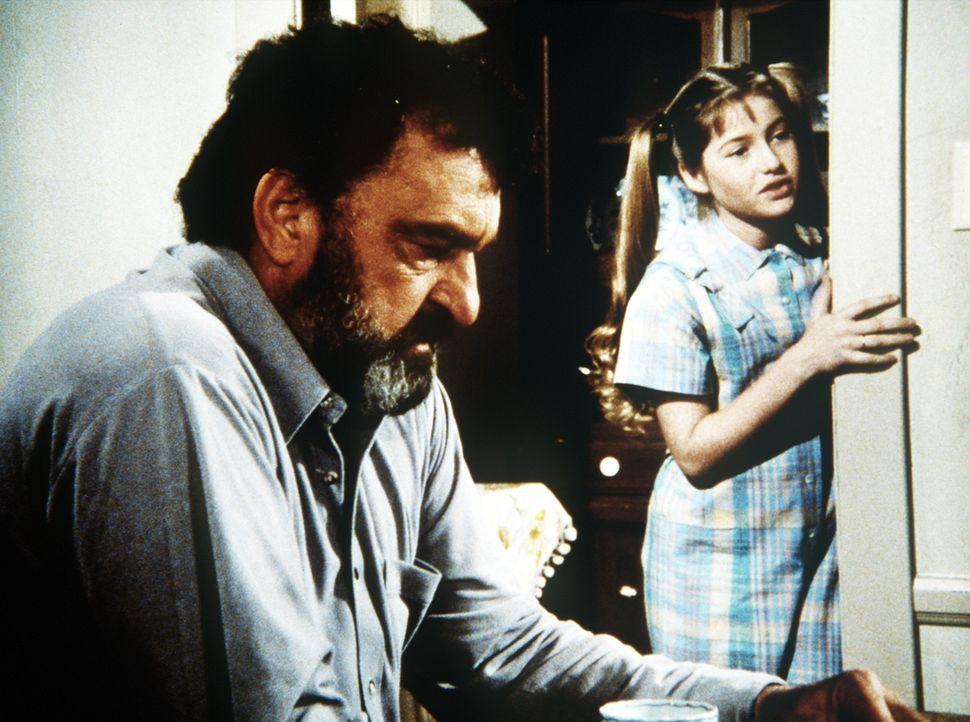 Zufällig trifft Mark (Victor French, l.) in einem Hotel Wendy Ann (Alyson Croft, r.), die beste Freundin der verunglückten Sarah. - Bildquelle: Worldvision Enterprises, Inc.
