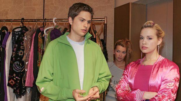 Hannah (Laura Osswald, M.) beobachtet, wie Timo (Matthias Dietrich, l.) Kim (...