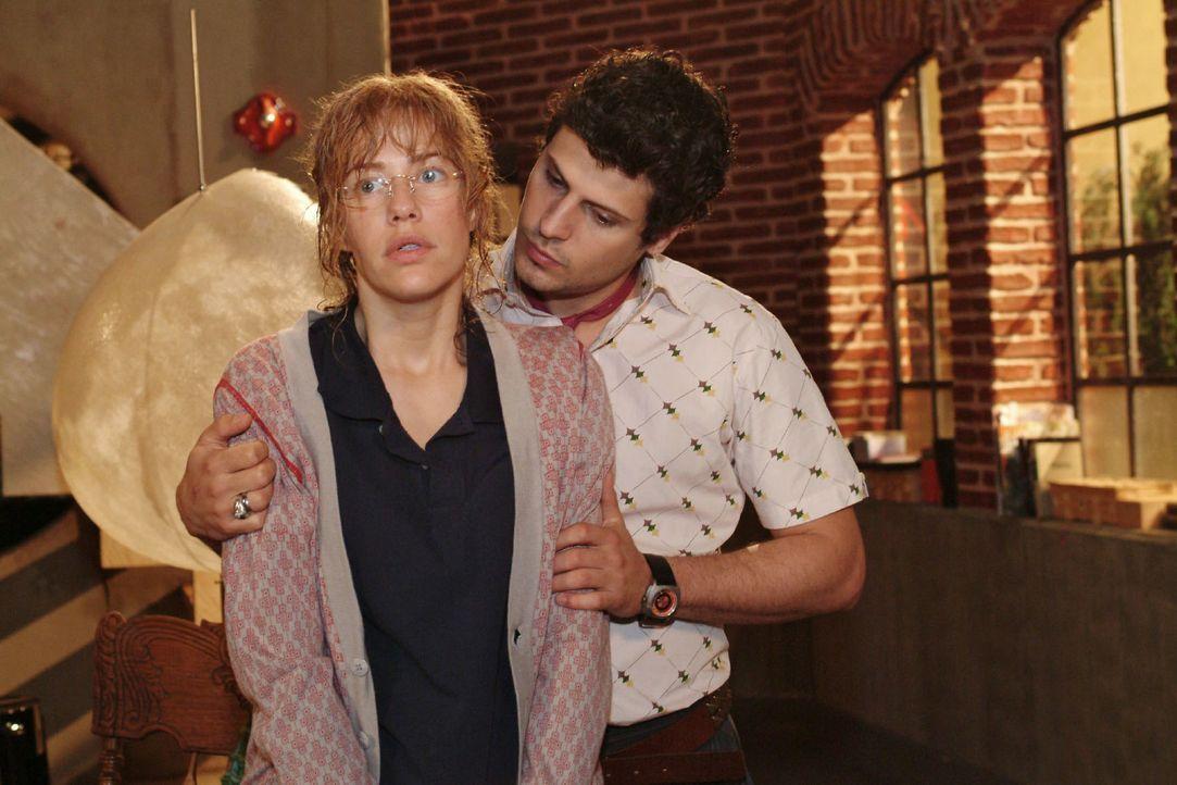 Lisa (Alexandra Neldel, l.) versucht Rokko (Manuel Cortez, r.) zu erklären, warum sie ihn versetzt hat und nun in nassen Sachen von David plötzlich... - Bildquelle: Monika Schürle Sat.1