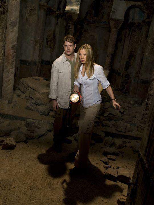 Gemeinsam versuchen FBI-Agent Sean Daley (Scott Foley, M.) und die Archäologin Tess Chakyin (Mira Sorvino, r.) das Artefakt wiederzufinden und den... - Bildquelle: 2008 Templar Productions (Muse) Inc. All Rights Reserved