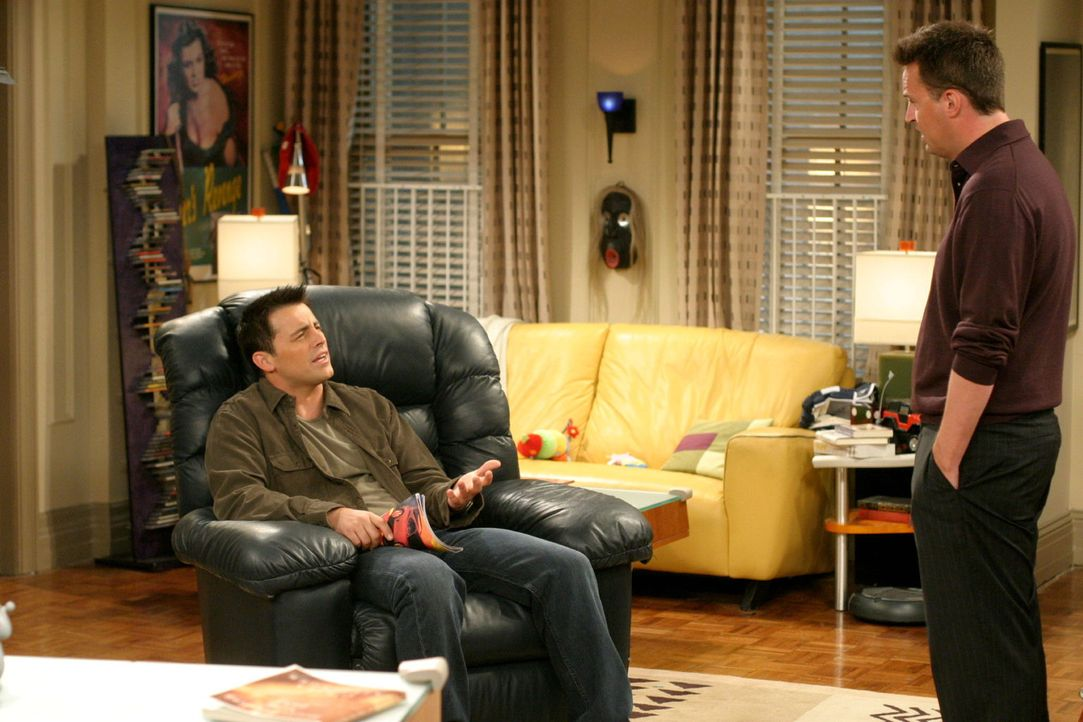 Joey (Matt LeBlanc, l.) kann nicht fassen, dass Chandler (Matthew Perry, r.) ihn so schamlos hintergangen hat ... - Bildquelle: 2003 Warner Brothers International Television