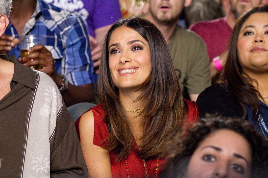Nach und nach findet Bella (Salma Hayek) Gefallen an ihrem Kollegen Scott ... - Bildquelle: Sony Pictures Television. All Rights Reserved.