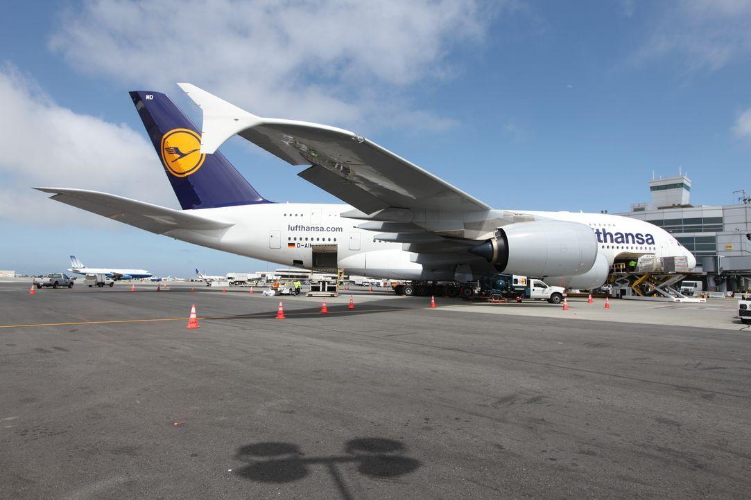 So lang wie ein Fussballfeld: Am 25. Oktober 2007 übertraf Lufthansa mit den Airbus A380 offiziell den legendären Boeing 747 -Jumbo Jet als größtes... - Bildquelle: EXPLORATION PRODUCTION INC./DISCOVERY