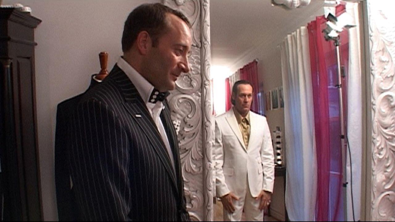 Herrenausstatter Stefan Görner (l.) hat ein Geschäft direkt um die Ecke vom Rotlicht-Milieu. Bei ihm kaufen die Reichen und Schönen wie Prinz Maximi... - Bildquelle: ProSiebenSat.1 TV
