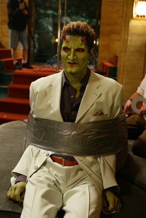 Lorne (Andy Hallett) wird von den anderen gefesselt, da die durch einen Zauber das Bewusstsein und den Kenntnisstand ihres etwa 17-jährigen Ichs aus... - Bildquelle: The WB Television Network