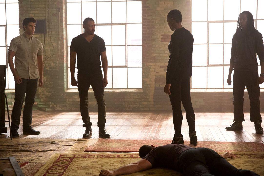 Der Besuch von Aya (Tracy Ifeachor, 2.v.r.) zieht auch Josh (Steven Krueger, l.) und Marcel (Charles Michael Davis, 2.v.l.) in einen brodelnden Kamp... - Bildquelle: Warner Bros. Entertainment Inc.