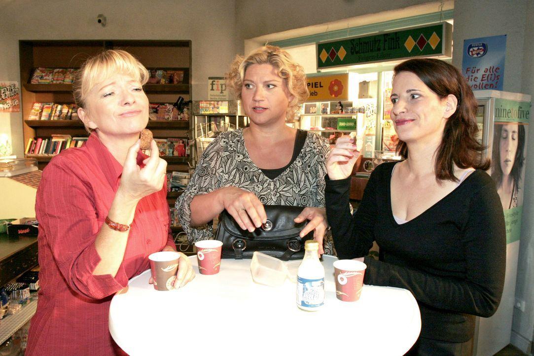 Agnes (Susanne Szell, M.) muss sich den Spott von Helga (Ulrike Mai, l.) und Inka (Stefanie Höner, r.) gefallen lassen, als sie von ihrem Abend mit... - Bildquelle: Noreen Flynn Sat.1
