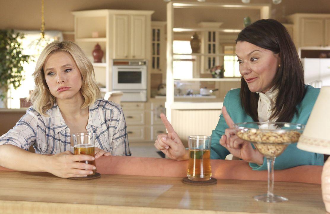 """Mindy St. Claire (Maribeth Monroe, r.) erzählt Eleanor (Kristen Bell, l.) von ihrem Leben im """"Middle Place"""", doch diese würde am liebsten wieder zur... - Bildquelle: Vivian Zink 2016 Universal Television LLC. ALL RIGHTS RESERVED."""