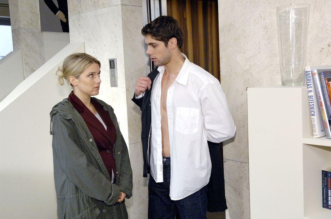Jonas (Roy Peter Link, r.) ist entsetzt, als er von Anna (Jeanette Biedermann, l.) erfährt, dass das Treffen mit den Lanford-Delegierten verpatzt wu... - Bildquelle: Claudius Pflug Sat.1