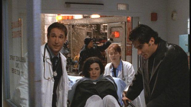 Hathaway (Julianna Margulies, M.) hat es mit Hilfe von Dr. Kovac (Goran Visnj...