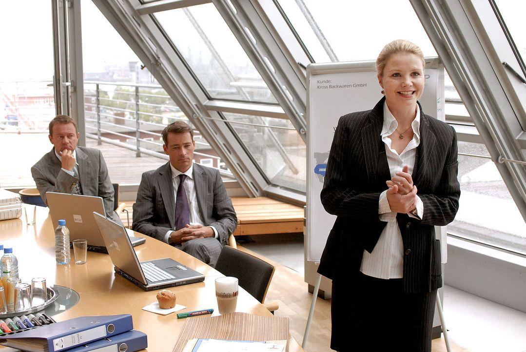 Als Hamburger Top-Unternehmensberaterin präsentiert Lissy (Annette Frier, r.) vor wichtigen Kunden. - Bildquelle: Hardy Brackmann Sat.1
