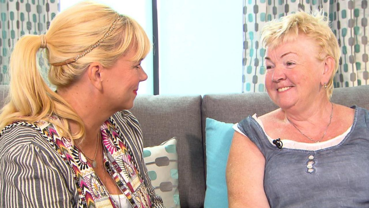 Ingrid (r.) sucht nach ihrer besten Freundin Carmen. Die beiden heute 64-Jährigen mussten sich im Teenageralter schweren Herzens voneinander trennen... - Bildquelle: SAT.1