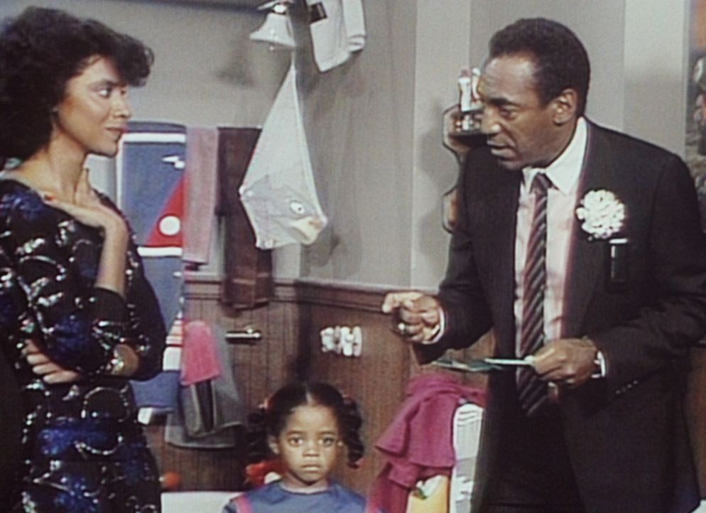 Clair (Phylicia Rashad, l.), Rudy (Keshia Knight Pulliam, M.) und Cliff (Bill Cosby, r.) halten eine Trauerfeier für Rudys Goldfisch ab. - Bildquelle: Viacom