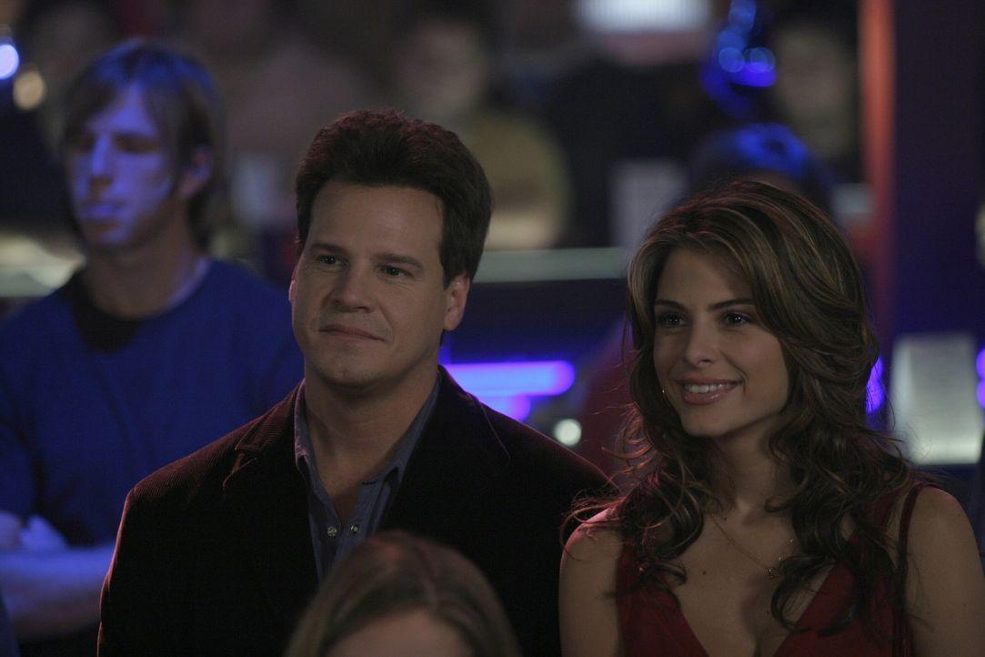 Zum ersten Mal präsentiert Keith (Craig Sheffer, l.) seine neue Freundin Jules (Maria Menounos, r.). Die beiden ziehen alle Blicke auf sich ... - Bildquelle: Warner Bros. Pictures