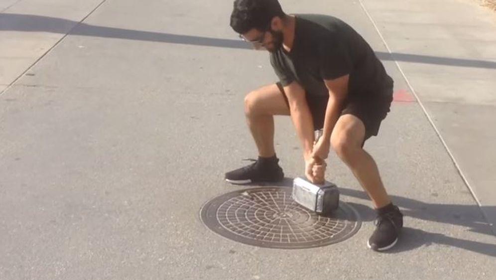 Ein Mann hat Thors Hammer nachgebaut. Doch nur er selbst kann ihn heben - Bildquelle: YouTube
