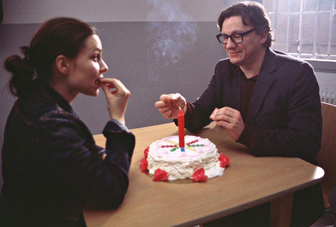 Als Jenny (Mina Tander, l.) die Möglichkeit erhält, an der renommierten Gotthilf-Meyer-Universität ein Stipendium zu ergattern, schlägt sie das... - Bildquelle: Elke Werner ProSieben