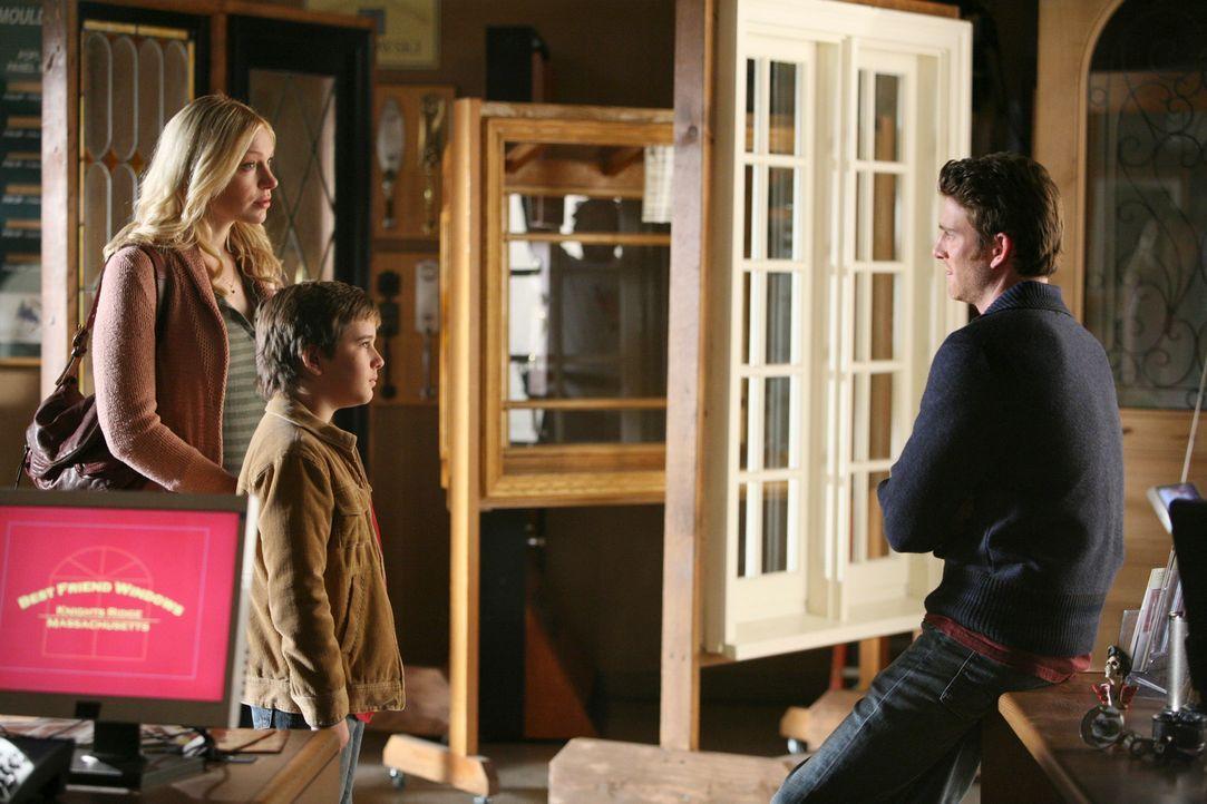 Hannah Daniels (Laura Prepon, l.) und Sam (Slade Pearce, M.) statten Nick (Bryan Greenberg, r.) spontan einen Besuch ab ... - Bildquelle: ABC Studios