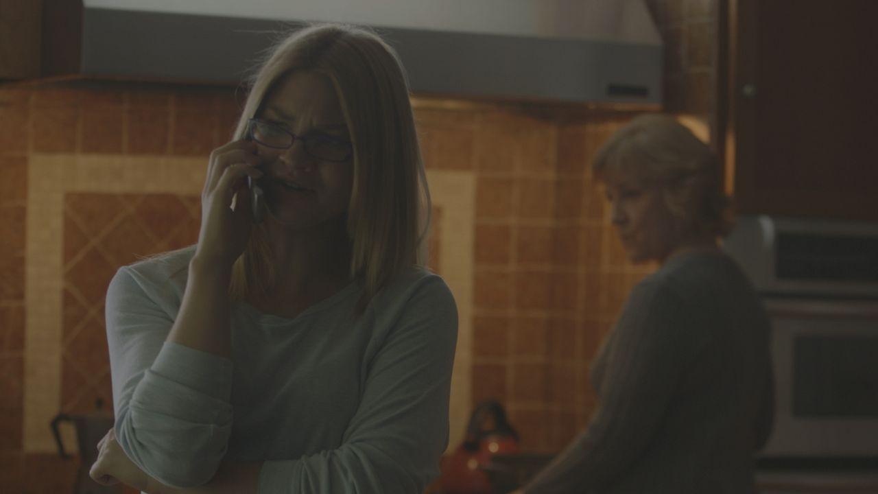 Bald wird sie Opfer eines schlimmen Verbrechens: Jamie Larson (l.) vor ihrem Tod mit ihrer Mutter (r.). Telefoniert sie hier mit ihrem Mörder? - Bildquelle: LMNO Cable Group