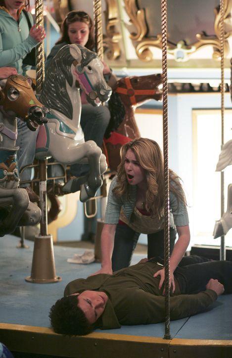 Kyle (Matt Dallas, unten) bekommt auf dem Rummel ein interessantes Gespräch mit, und bricht daraufhin zusammen. Amanda (Kirsten Prout, oben) kümme... - Bildquelle: TOUCHSTONE TELEVISION