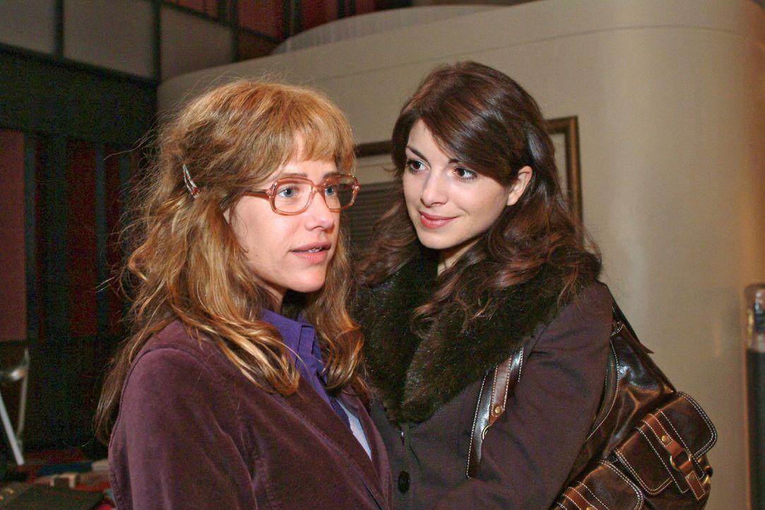 Mariella (Bianca Hein, r.) verabschiedet sich von Lisa (Alexandra Neldel, l.) und lässt diese mit einer irritierenden Offenbarung zurück ... (Dieses... - Bildquelle: Monika Schürle Sat.1