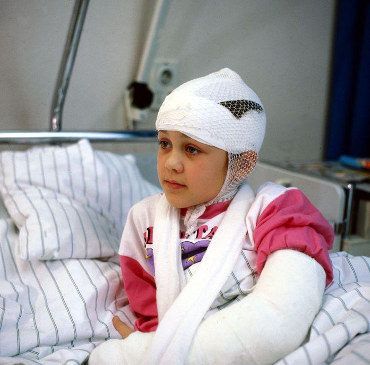 Die kleine Lisa Jederle (Ramona Germscheid) wurde beim Rollschuh fahren von einem Motorrad erschreckt und ist schlimm gestürzt. Lisa sehnt sich sehr... - Bildquelle: Janis Jatagandzidis Sat.1