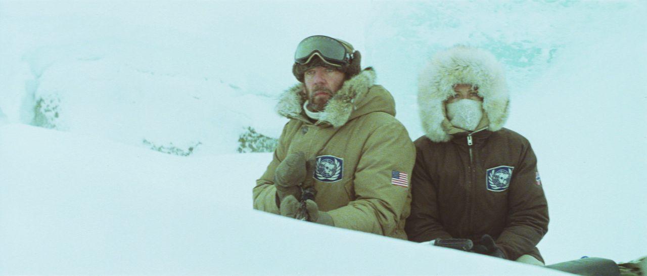 Lansing (Donald Sutherland, l.) und Hedi (Vanessa Redgrave, r.) versuchen, sich vor ihrem Widersacher zu verstecken, und sich ans Festland zu retten... - Bildquelle: Columbia Pictures