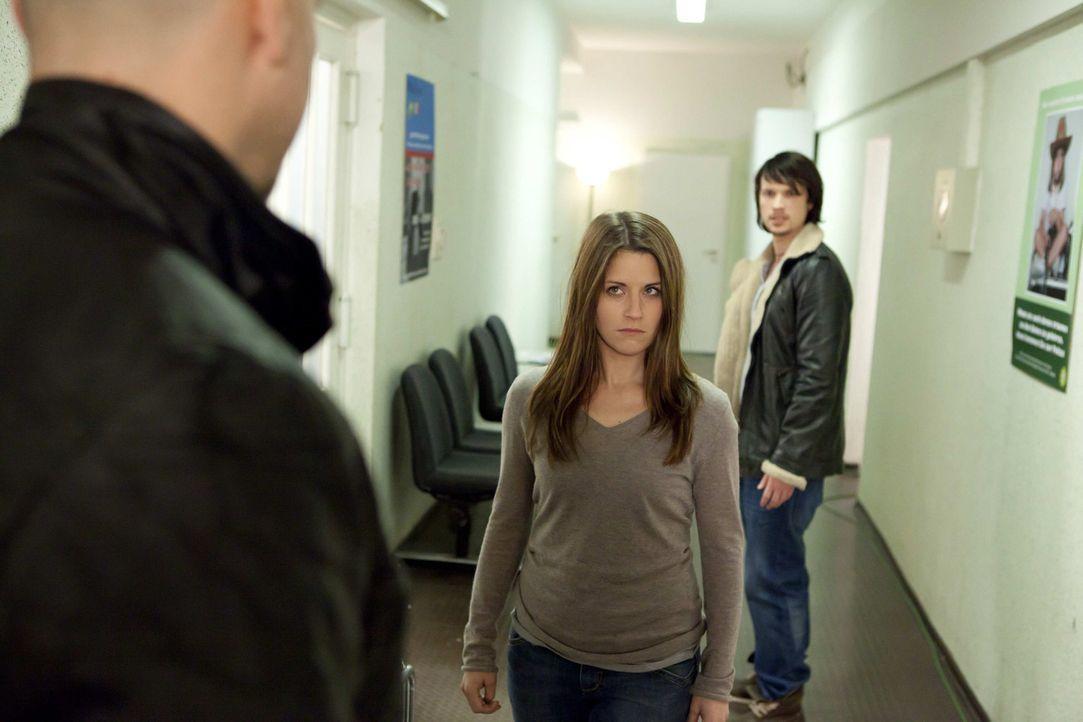 Ben (Christopher Kohn, r.) versucht Bea (Vanessa Jung, M.) zum helfen, gerät dadurch dann selbst in den Fokus der Ermittlungen ... - Bildquelle: SAT.1