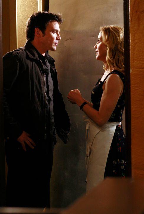 Lynette (Felicity Huffman, r.) fühlt sich von Rick (Jason Gedrick, l.) geschmeichelt ... - Bildquelle: 2005 Touchstone Television  All Rights Reserved