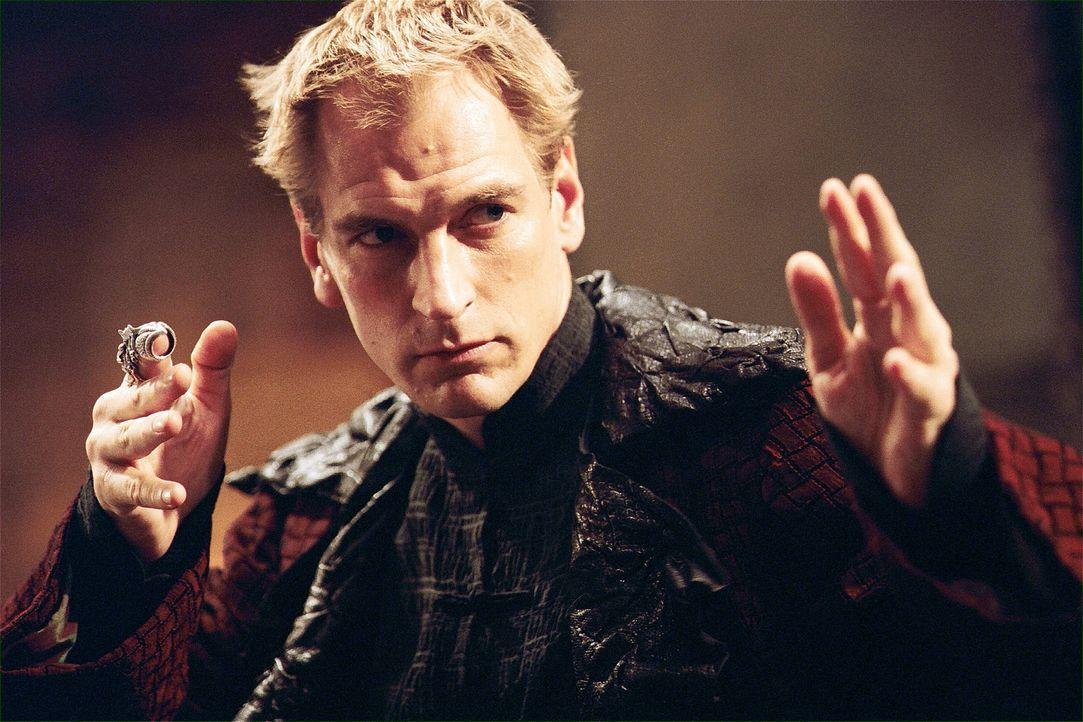 Der internationale Schmuggler Snakehead (Julian Sands) ist hinter einem magischen Medaillon her, mit dessen Hilfe er Unsterblichkeit und somit die W... - Bildquelle: 2004 Sony Pictures Television International. All Rights Reserved.