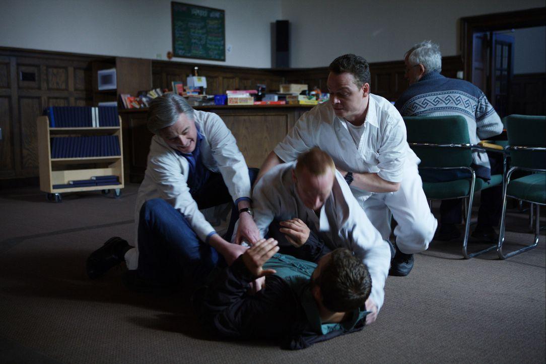 """Schon bald muss Ben (Paul Walker, liegend) erkennen, dass Father Ezra (Bob Gunton, l.) und """"Berater"""" Avery (Lambert Wilson, r.) dem Patienten Reeds... - Bildquelle: 2008 Medea Capital LLC. All Rights Reserved."""