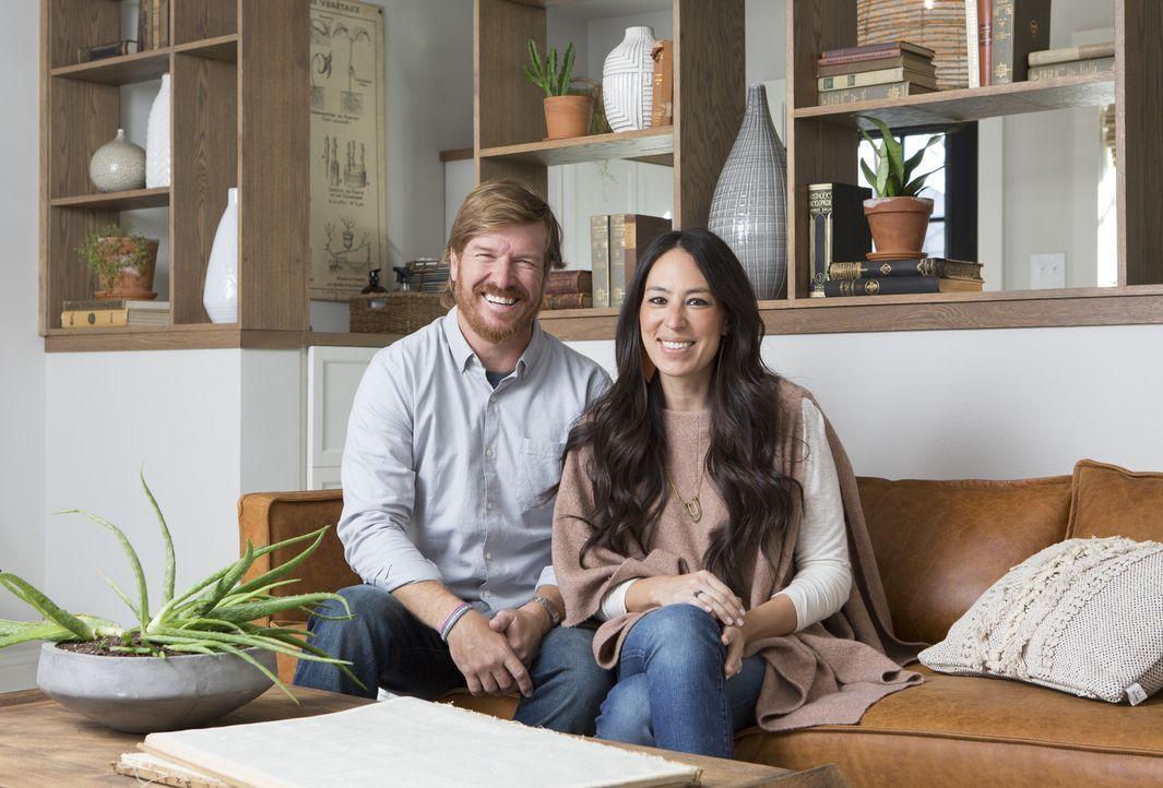 Aus Patti Bakers Haus schaffen Chip (l.) und Joanna (r.) mit viel Liebe zum Detail ein neues, gemütliches Zuhause für die Witwe ... - Bildquelle: Jennifer Boomer 2017, Scripps Networks, LLC. All Rights Reserved.