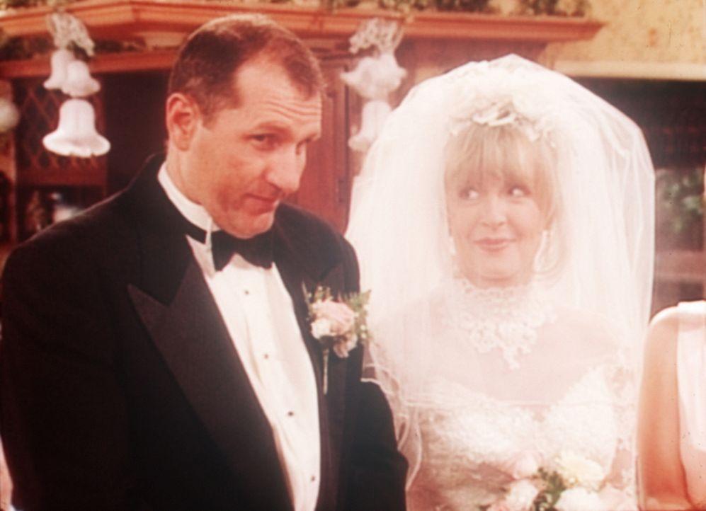 Al (Ed O'Neill, l.) mit seiner neuen Braut June (Deborah Harmon, r.). - Bildquelle: Sony Pictures Television International. All Rights Reserved.