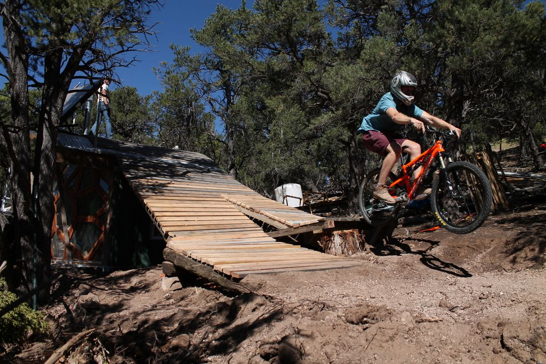 Die rauen Rocky Mountains im Westen Colorados sind ein Traum für tollkühne Outdoorfans wie Mountainbiker Rob Hollis ... - Bildquelle: 2016,DIY Network/Scripps Networks, LLC. All Rights Reserved.