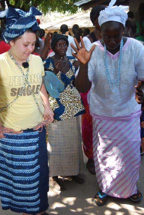 Die Gastmutter Adele (r.) bringt Jessika (l.) einen landestypischen Tanz bei. - Bildquelle: kabel eins