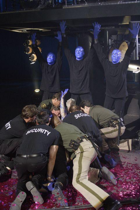 J.D. flüchtet im alkoholisiertem Zustand und landet dabei in einer Show der Blue Man Group mitten auf der Bühne, woraufhin er von Sicherheitsbeamten... - Bildquelle: Touchstone Television